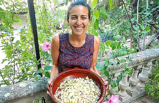 Pilar Pieras con su plato de frito marinero.