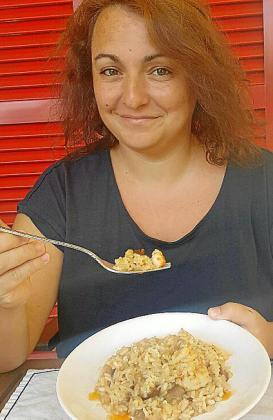 Mónica Cánovas con su receta de risotto de gambas y shitake con Oli de Mallorca D.O. aromatizado.