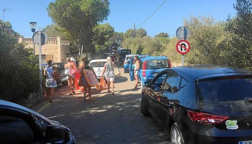 La masificación de los accesos a Cala s'Almonia y el Caló des Moro molesta a los vecinos de la zona.