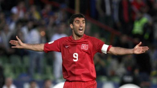 Hakan Sükür, en un partido con la selección turca.