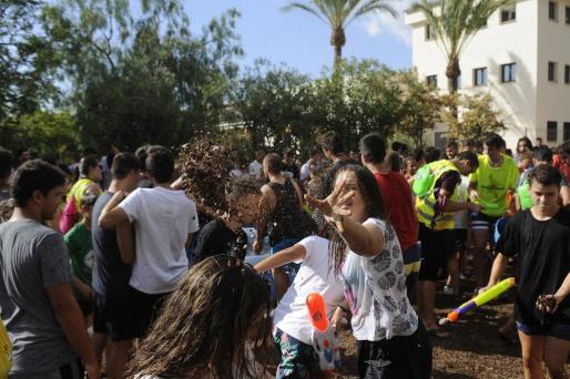 La 'garrova estrucada' y el agua son los protagonistas de esta fiesta, que cada año tiene más seguidores.