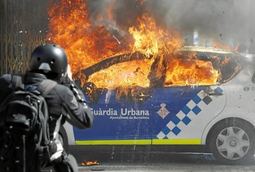 Un grupo de jóvenes antisistema incendió con un cóctel molotov un coche de la Guàrdia Urbana.