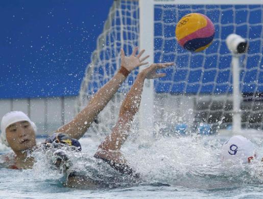 La jugadora española de waterpolo Beatriz Ortiz pelea por un balón durante el partido ante China correspondiente a la fase de grupos de los Juegos Olímpicos este sábado en el Centro Acuático María LenkEspaña vención por 8-12 pasando a los cuartos de final.