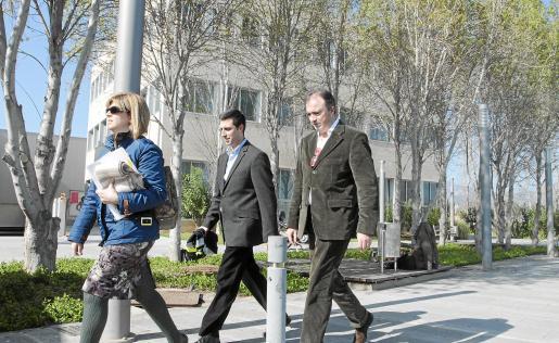 El fiscal Miguel Àngel Subirán, a la derecha, en el registro del Inestur en el Parc Bit.
