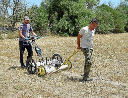 Dos de los expertos, utilizando el georradar.