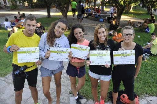 Participantes de una anterior edición de la marcha Des Güell a Lluc a peu posan orgullosos con el diploma acreditativo de haber completado el recorrido.