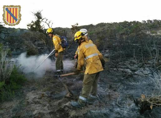 Efectivos actuando en la extinción del incendio.