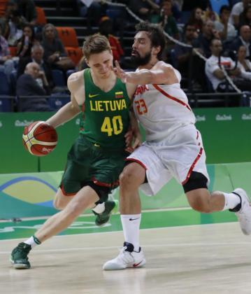 Sergio Llull (d) de España ante Grigoris (i) de Lituania durante el partido de baloncesto en el Arena Carioca 1 del Parque Olímpico en Río de Janeiro.