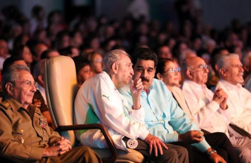 Fotografía cedida por el Palacio de Miraflores que muestra al líder cubano Fidel Castro (2-i), al presidente de Cuba, Raúl Castro (i), y al presidente de Venezuela, Nicolás Maduro (3-i), durante un acto de celebración en La Habana.