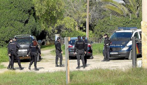 Una veintena de agentes de la Policía Nacional participaron en el desalojo del rancho de s'Aranjassa a principios de 2015.
