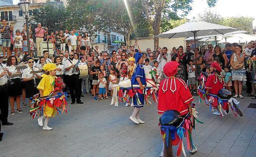 Delante del Ayuntamiento los Cavallets bailaron al son de la banda.