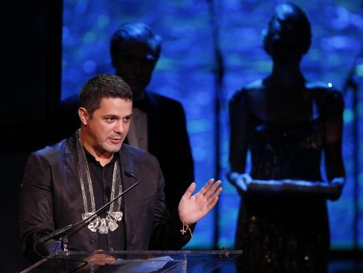 """WAS100- WASHINGTON (DC, EEUU), 29/09/2010.- El cantante español Alejandro Sanz habla hoy, miércoles 29 de septiembre de 2010, en la edición 24 de los premios anuales de la Fundación Herencia Hispana que se entregan en el John F. Kennedy Central en Washington DC (EEUU). Sanz recibió el """"Premio Visión"""" de dicha fundación por su labor altruista. EFE/Luis M. Àlvarez   EEUU-GENTE"""