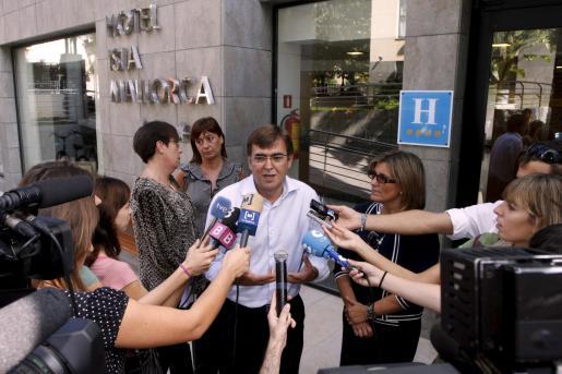 El president del Govern, Francesc Antich, a la salida de un hotel en Palma, al que ha realizado una visita.
