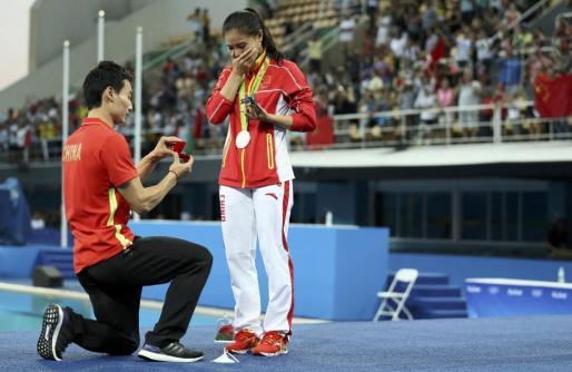 He Zi emocionada ante la petición de matrimonio de su novio.