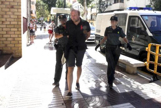 Momento en el que el responsable del incendio en s'Espalmador pasa a disposición judicial en Ibiza.