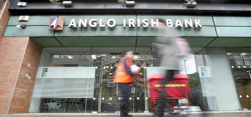 Entrada de una sucursal de la entidad financiera Anglo Irish Bank en Belfast, Irlanda del Norte.