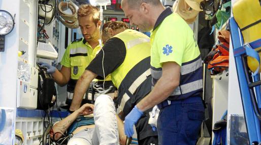 Sanitarios de una ambulancia atienden a la mujer herida, minutos después de producirse el accidente. Fotos: VASIL VASILEV
