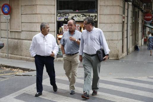 Tres de los abogados que defienden a policías locales este martes antes de comparecer junto a sus clientes ante el juez Manuel Penalva en relación con la trama de corrupción en la Policía Local de Palma.