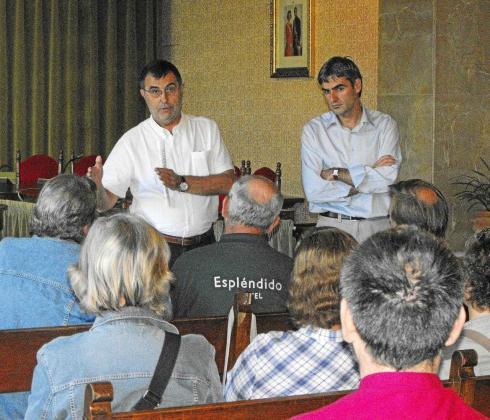 Celestí Alomar y el alcalde Josep Lluís Colom se reunieron ayer con los afectados en el Ajuntament.