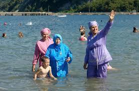 Un grupo de mujeres disfruta de una playa enfundadas en 'burkinis'.