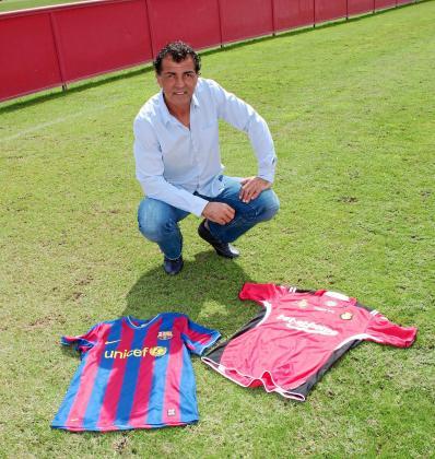 Miquel Àngel Nadal posa en Son Bibiloni con una camiseta del Barcelona y una del Mallorca.
