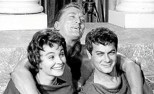 Fotogramas de 'Espartaco', 'Con faldas y a lo loco' y 'Chantaje en Broadway', algunos de los filmes más importantes de la carrera del actor Tony Curtis.