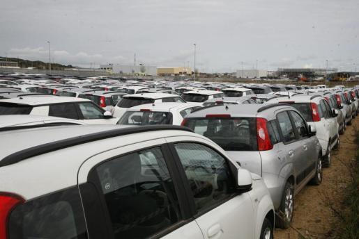 Coches de alquiler en un aparcamiento de Menorca.