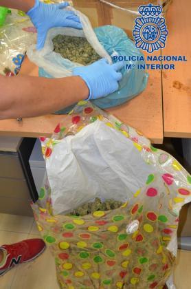 Un envío de paquetería contenía estas dos bolsas llenas de cogollos de marihuana.
