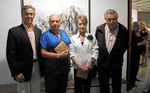 El director de Can Prunera, Rogelio Araújo; la comisaria, María José Corominas; la viuda del artista, Sunsi Bonet, y el presidente del Tren de l'Art, Pere A. Serra.
