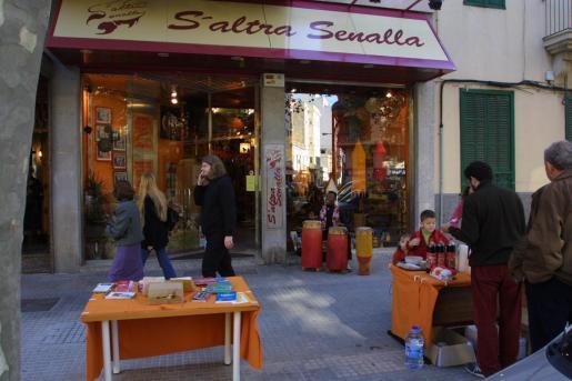 Imagen de la fachada de la tienda solidaria.