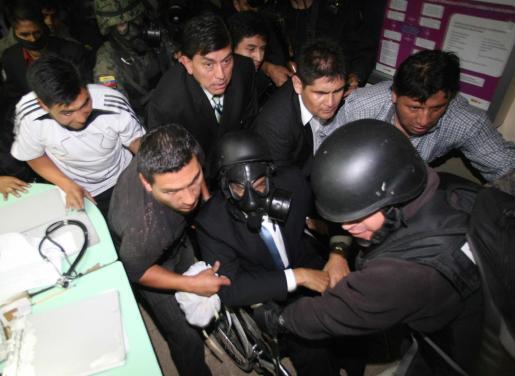 Militares sacan al presidente de Ecuador, Rafael Correa del hospital donde se encontraba retenido.