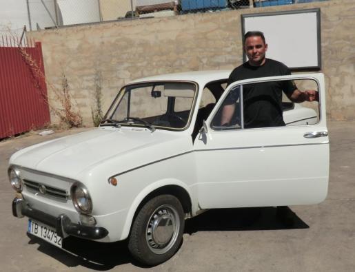 Miguel Garde es el propietario de este Seat 850 de 1969 que ha restaurado con sus propias manos.