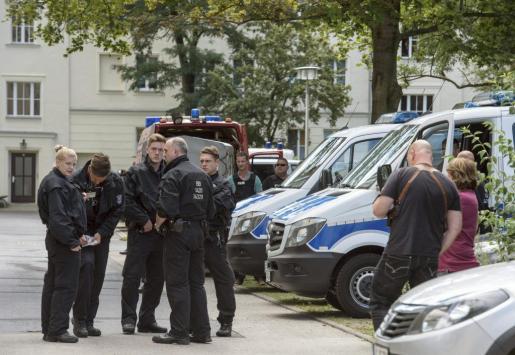 Agentes de la Policía reunidos durante una operación del equipo SWAT del estado de Brandenburgo para arrestar a un hombre de 27 años de edad, en Eisenhuettenstadt, Alemania. El joven había planeado un ataque bomba con motivo de la celebración del festival de la ciudad.