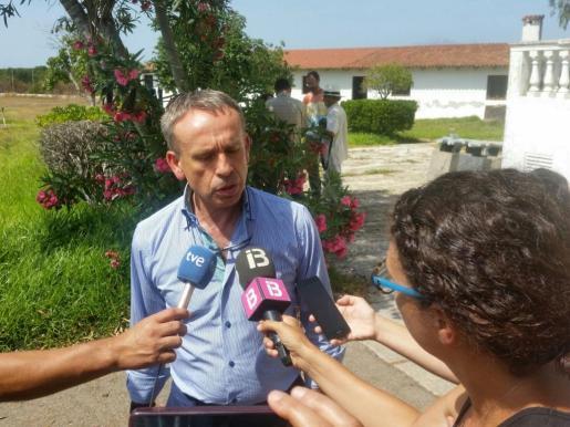 El alcalde Martí Fornes atendiendo a los medios.