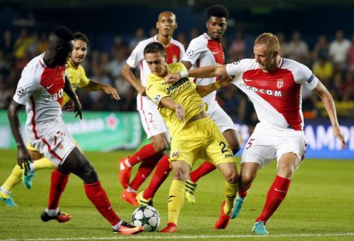 El delantero colombiano del Villarreal, Rafael Borré, es bloqueado por los del Mónaco, Benjamin Mendy y Kamil Glik.