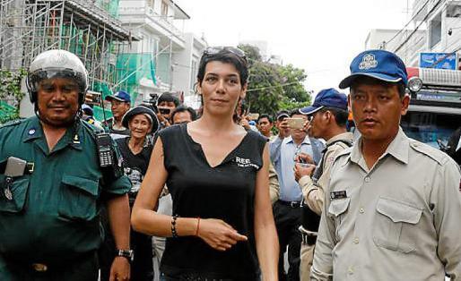 La mallorquina, escoltada por dos agentes de la policía.