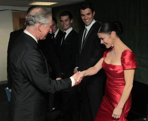 El príncipe Carlos saluda a la actriz galesa Catherine Zeta-Jones durante la recepción que ofreció a los participantes de la Copa Ryder de golf.