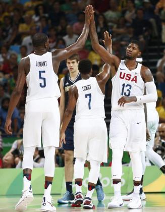 Kevin Durant (i) y Paul George se felicitan durane el triunfo de la selección de baloncesto de EEUU ante Argentina que le da el paso a las semifinales olímpicas, donde se verán las caras con el combinado español.