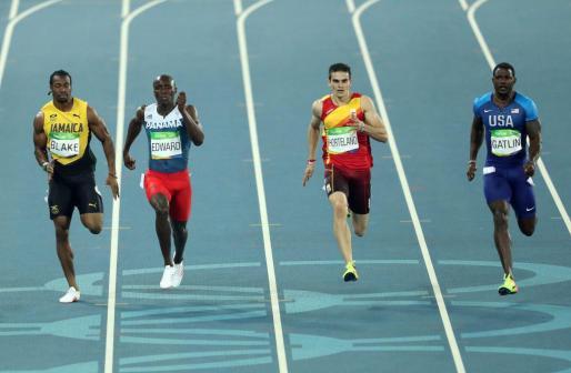 El panameño Alonso Edward (i), el español Bruno Hortelano (c), el estadounidense Justlin Gatlin (d) y el jamaiquino Yohan Blake (i) compiten en los 200 m planos masculinos.