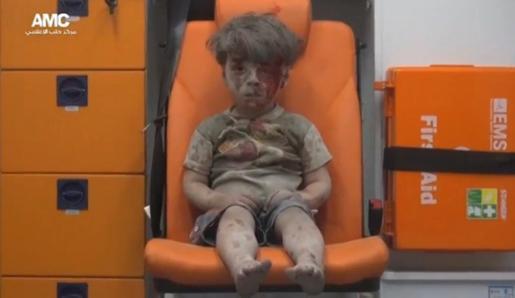 Omran fue rescatado anoche de una vivienda bombardeada en el barrio de Al Qatergui.