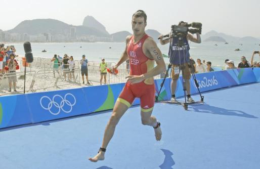 Mario Mola participa en la competencia de triatlón este jueves, durante los Juegos Olímpicos de Río 2016, en la playa de Copacabana.