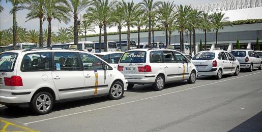 Cola de taxis esperando en el aeropuerto de Palma.