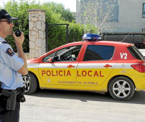 Un agente de la Policía Local de sa Pobla indagando en el lugar de la agresión.