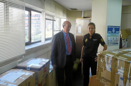 El comisario Antoni Cerdà y la inspectora jefa Janka Jurkiewicz con el género incautado. Fotos: ALEJANDRO SEPÚLVEDA