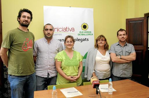 Abril y Tugores (a la izquierda), entre más dirigentes de Iniciativa y Verds