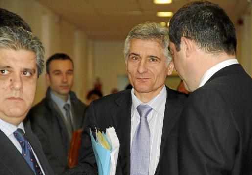Vicens, escoltado por los abogados Eduardo Valdicia y Josep de Luis.