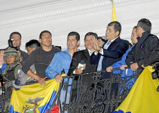 Imagen del presidente de Ecuador, Rafael Correa, tras ser liberado.