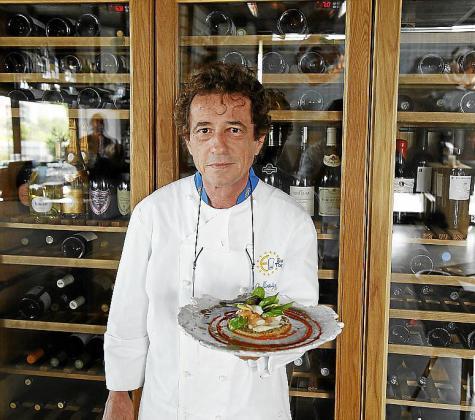 Gerhard Schwaiger con su plato de corvina confitada en aceite de oliva, ensalada de quinoa y pesto de guindilla.