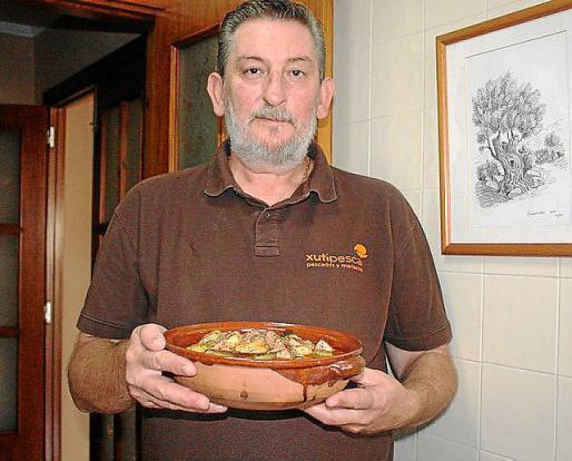 Antonio Cambil presenta su plato de marmitako de atún.