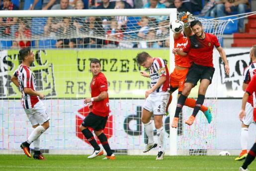 Algunos de los jugadores del Real Mallorca jugando contra el Holanda en el stage de pretemporada.